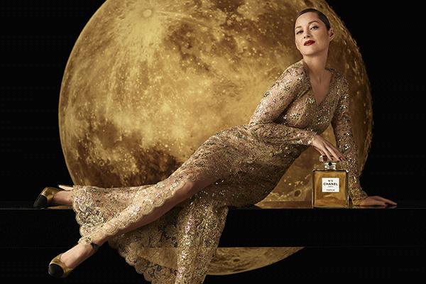 Marion Cotillard in de pailettenjurk voor de nieuwste campagne van Chanel N°5., Chanel