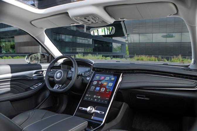 Het grote touchscreen domineert het dashboard., GF