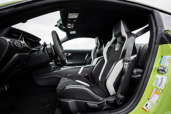 Een sportieve cockpit met Recaro-kuipstoelen., GF
