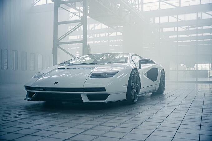 Van de Lamborghini Countach LPI 800-4 worden 112 stuks gemaakt., GF