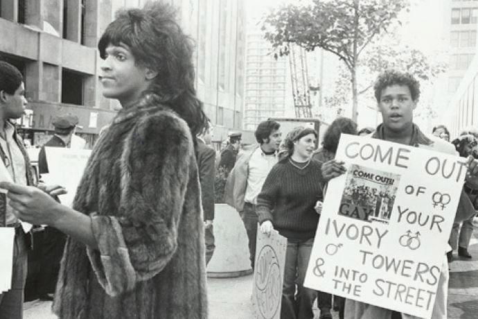Diana Davies, Untitled (Marsha P. Johnson Hands Out Flyers For Supportof Gay Students at N.Y.U.), c. 1970.Photo by Diana Davies, Manuscripts and Archives Division, The New York Public Library Peter Hujar, Foto R.V.