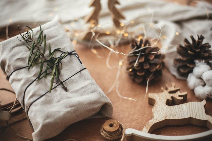 Een katoenen, linnen of juten doek kan ieder jaar opnieuw gebruikt worden om geschenken in te pakken, Getty