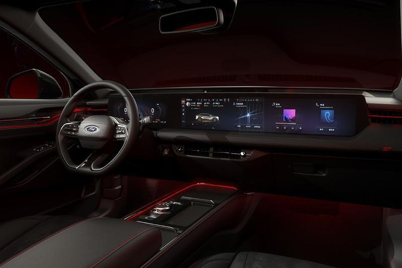 Een gigantisch digitaal dashboard overheerst het interieur., GF
