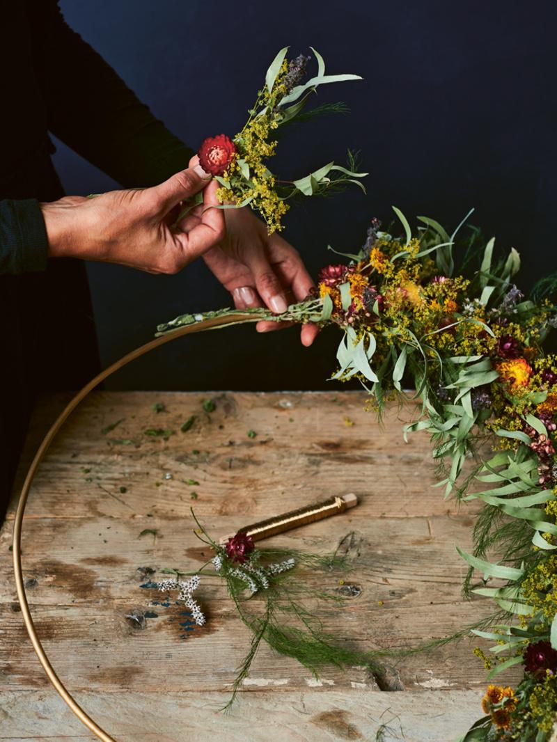 DIY: zo maak je deze bloemenkrans, Lannoo