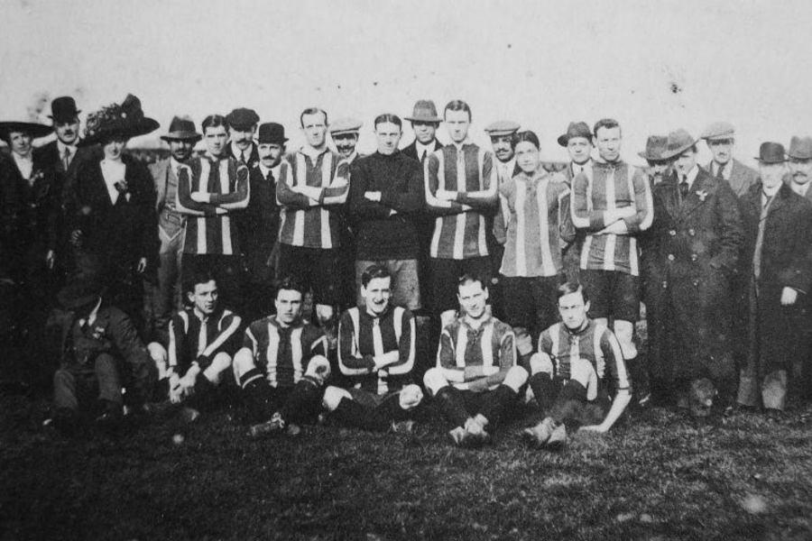 Hussein Hegazi (staand, negende van rechts) als speler van Dulwich Hamlet FC in 1912., The Forgotten Story of Hussein Hegazi: the Dulwich Hamlet FC Striker Who Became 'The Father of Egyptian Football', Southwark News, October 14, 2015