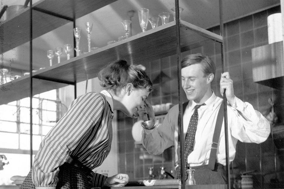Designer Terence Conran en zijn toenmalige vrouw Shirley in 1955, Getty
