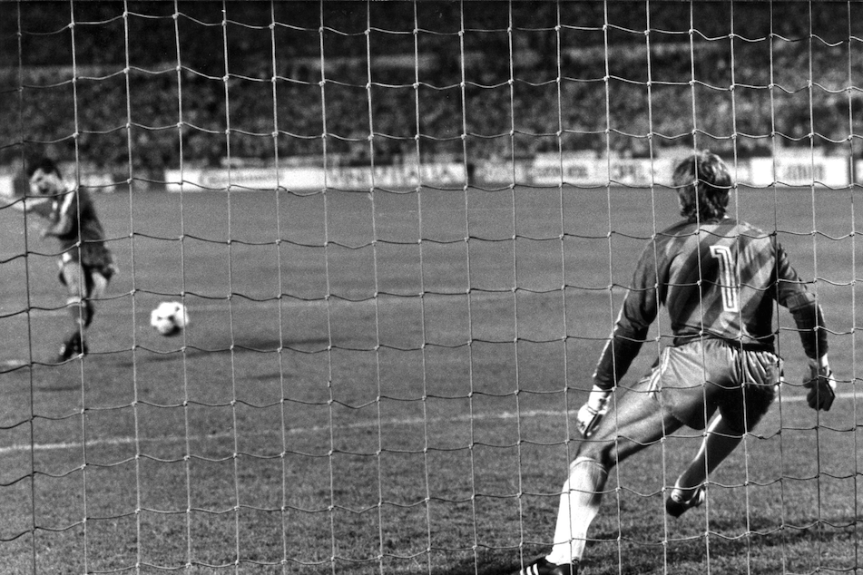 Hans van Breukelen arrête le tir au but de Veloso., belga