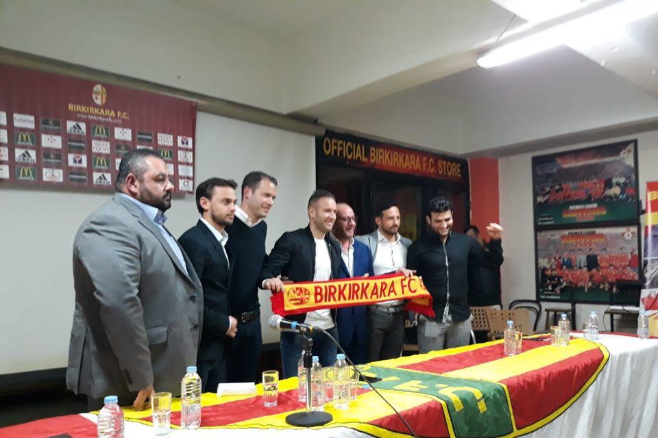 Lors de la signature de son contrat à Malte., Facebook