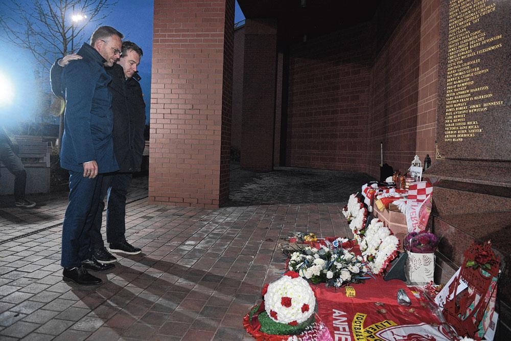 Voorzitter Peter Croonen en CEO Erik Gerits betuigen hun respect aan het monument voor het Hillsboroughdrama in 1989., belgaimage