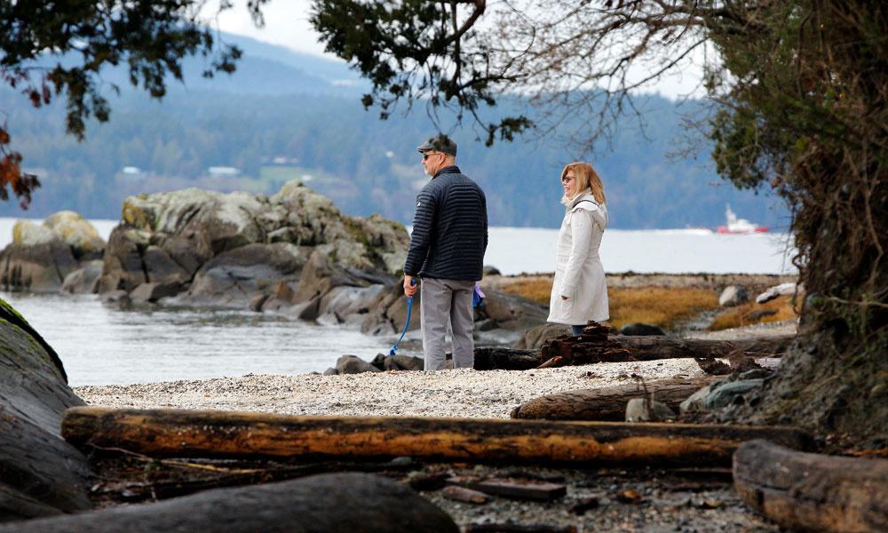 Un couple se promène sur la plage à proximité de la résidence supposée du Prince harry et de son épouse Meghan., reuters