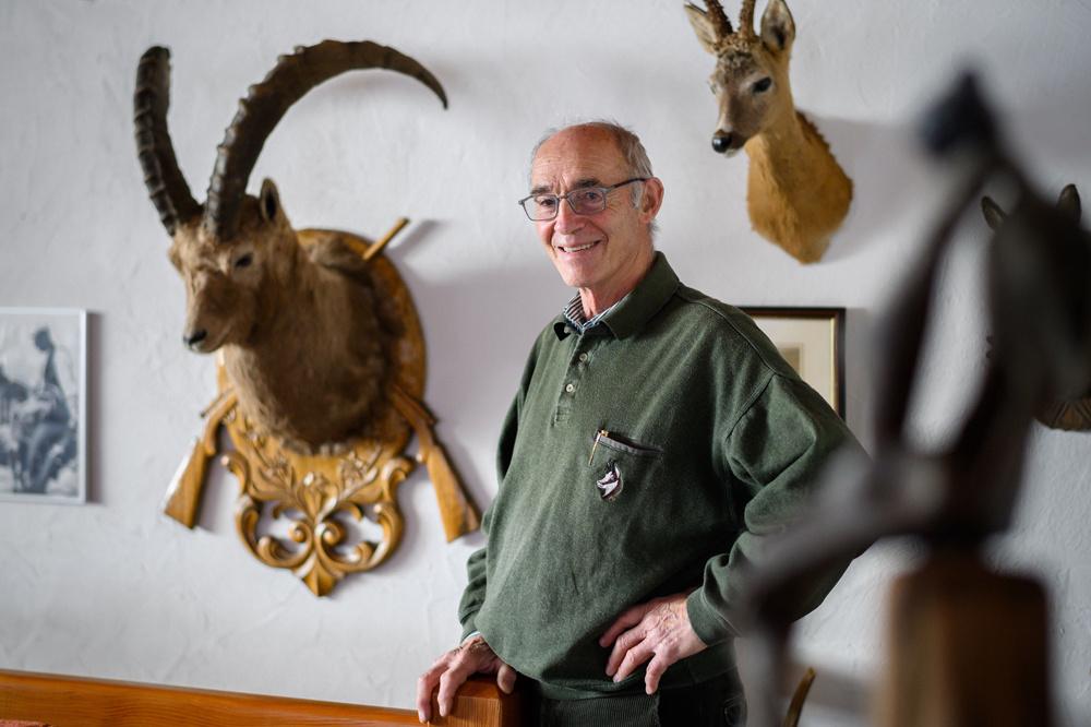 Narcisse Seppey devant ses nombreux trophées de chasse, AFP
