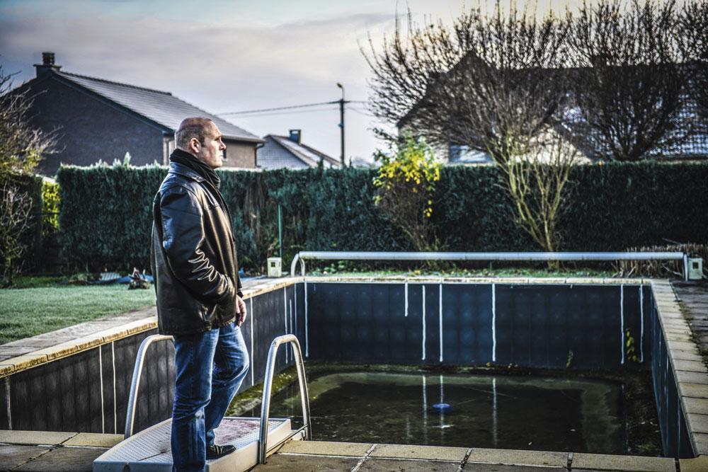 Jean-Marc Bosman bij het al jaren leeg staande zwembad aan zijn huis: 'Als ik dronk, vergat ik mijn problemen.', Koen bauters