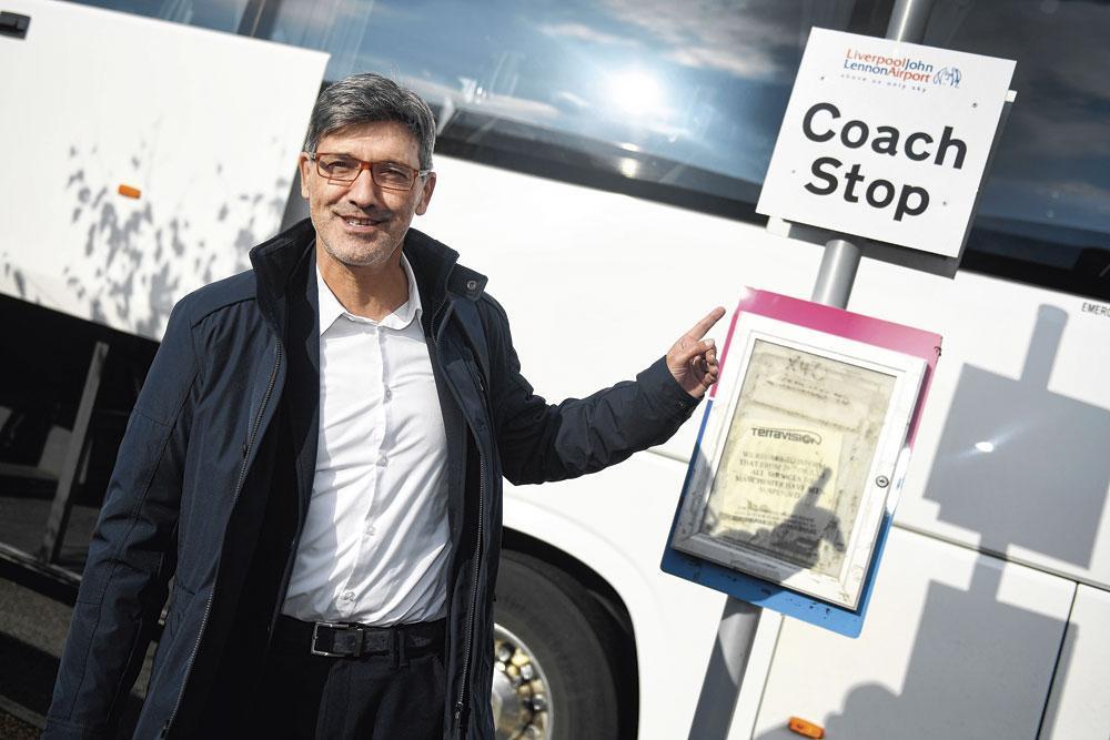 Felice Mazzu poseert in Liverpool nog grappend bij een bushalte., belgaimage