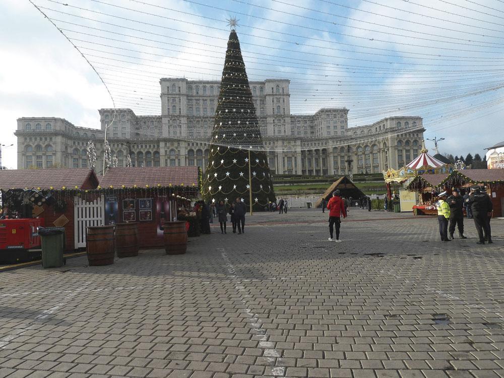 Bucarest se prépare pour Noël. À l'arrière-plan, le gigantesque Palais du Parlement et ses 350.000 m2., belgaimage