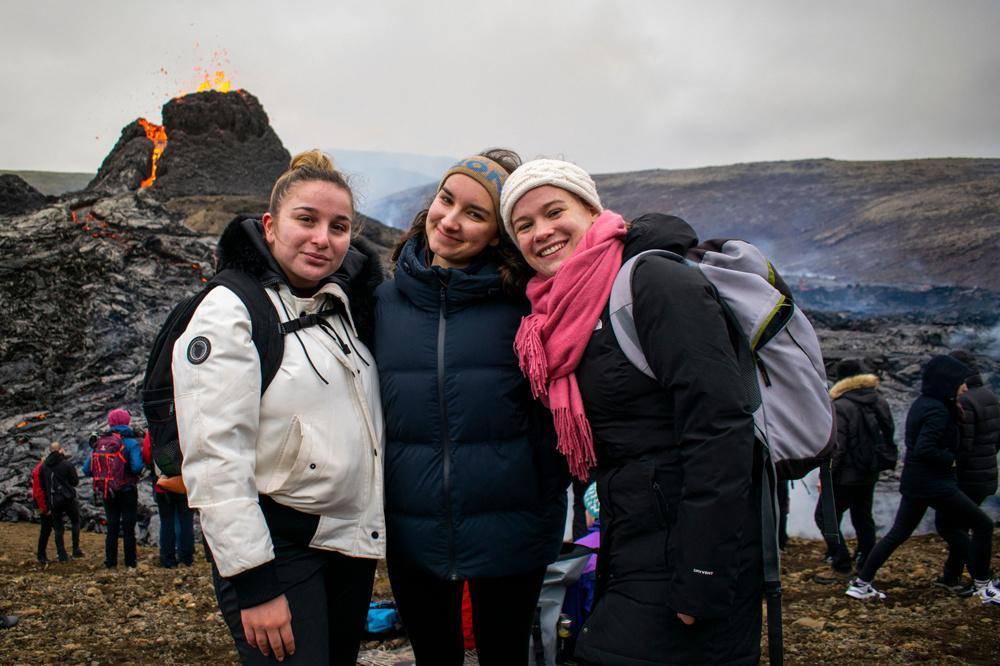 Florine Boucher-Locatelli, Pauline Raphanel et Émilie Saint-Mleux, trois étudiantes françaises actuellement en Erasmus, venues contempler le spectacle de la Nature, Getty Images