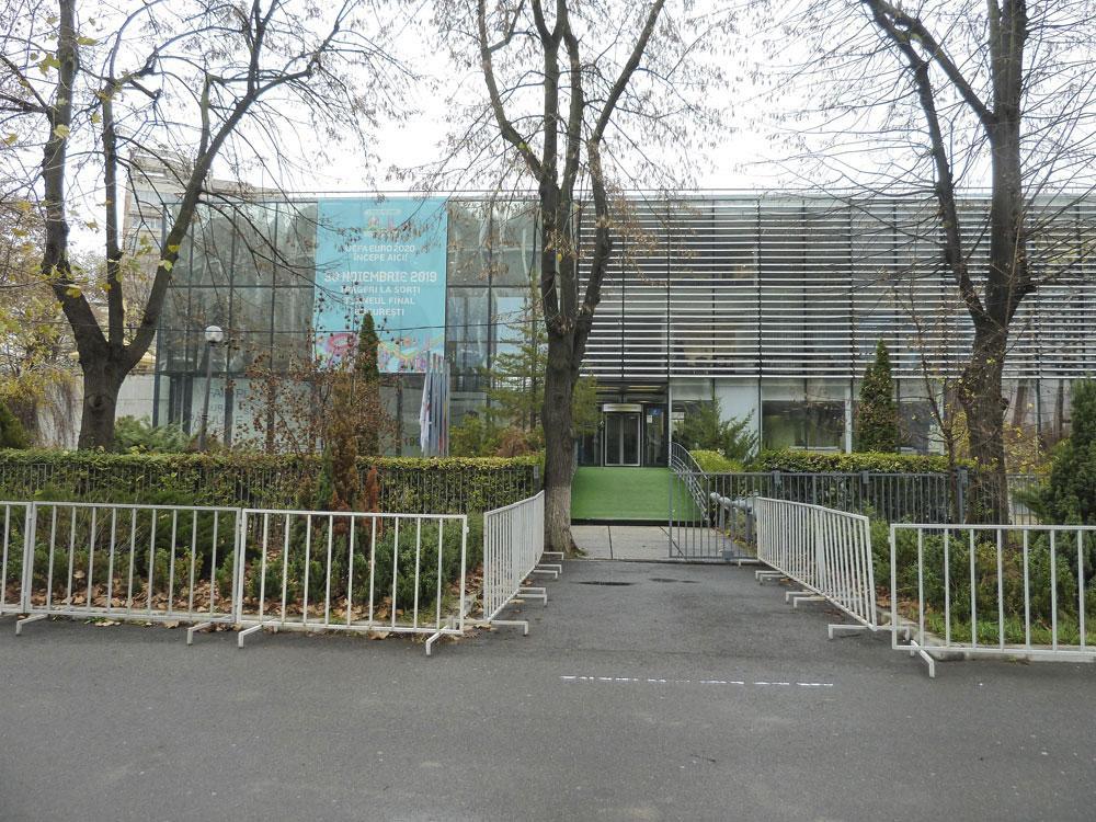 Le bâtiment tout en verre de la fédération roumaine de football ne déborde pas d'agitation., belgaimage