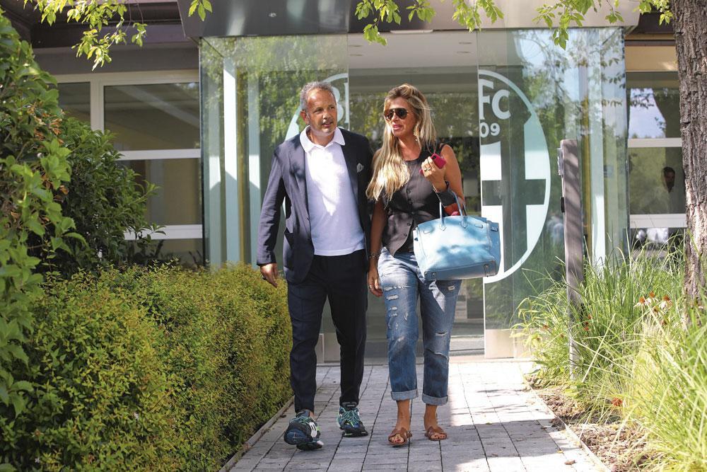 Sinisa Mihajlovic avec son épouse Adrianna, qui le soutient dans cette pénible épreuve qu'est le cancer., belgaimage
