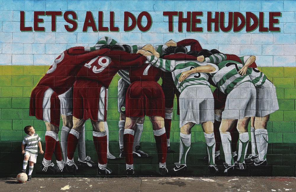 Muurschildering in Belfast, ter ere van een treffen tussen het Noord-Ierse en protestantse Cliftonville en Celtic Glasgow, populair bij de katholieke Ieren., BELGAIMAGE