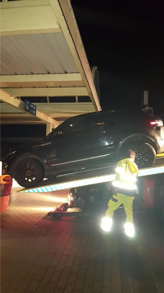 De wagen werd nadien getakeld., Facebook Stationschef