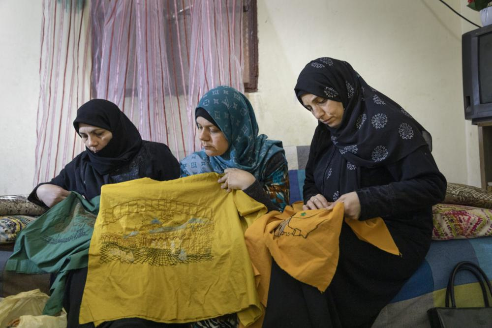 Syrische vluchtelingen aan het werk voor Libanese ontwerpers in een vluchtelingkamp in het zuiden van Beiroet., GF / Mashid Mohadjerin