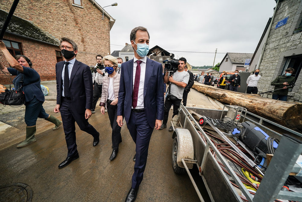 Premier Alexander De Croo, voorzitter van de Europese Commissie Ursula von der Leyen en vicepremier Pierre-Yves Dermagne op bezoek in Rochefort, belga