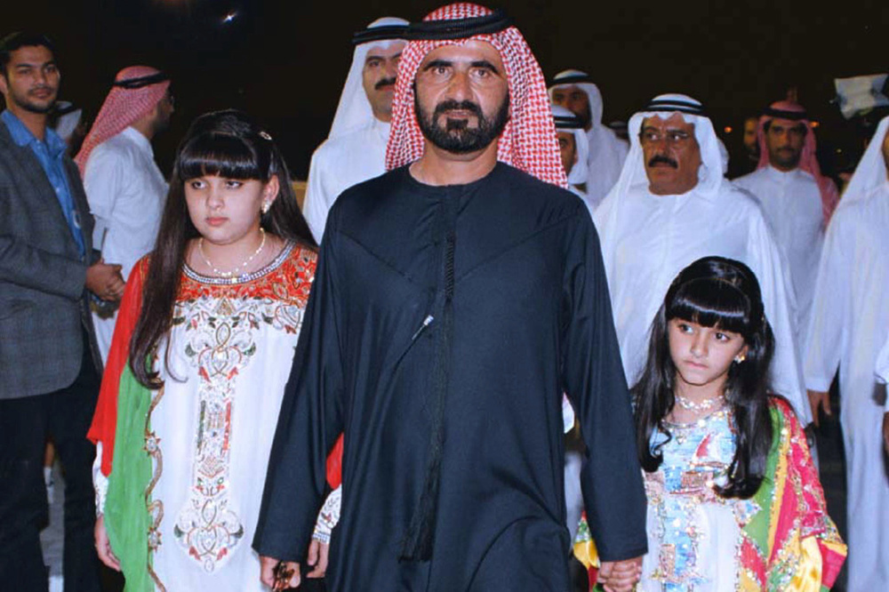 Sheikh Mohammed Bin Rashid Al Maktoum, prince héritier de Dubaï et ministre de la Défense des Etats Arabes Unis, en 1999 avec ses filles Sheikha Latifa (à gauche) et Sheikha Mariam, Reuters