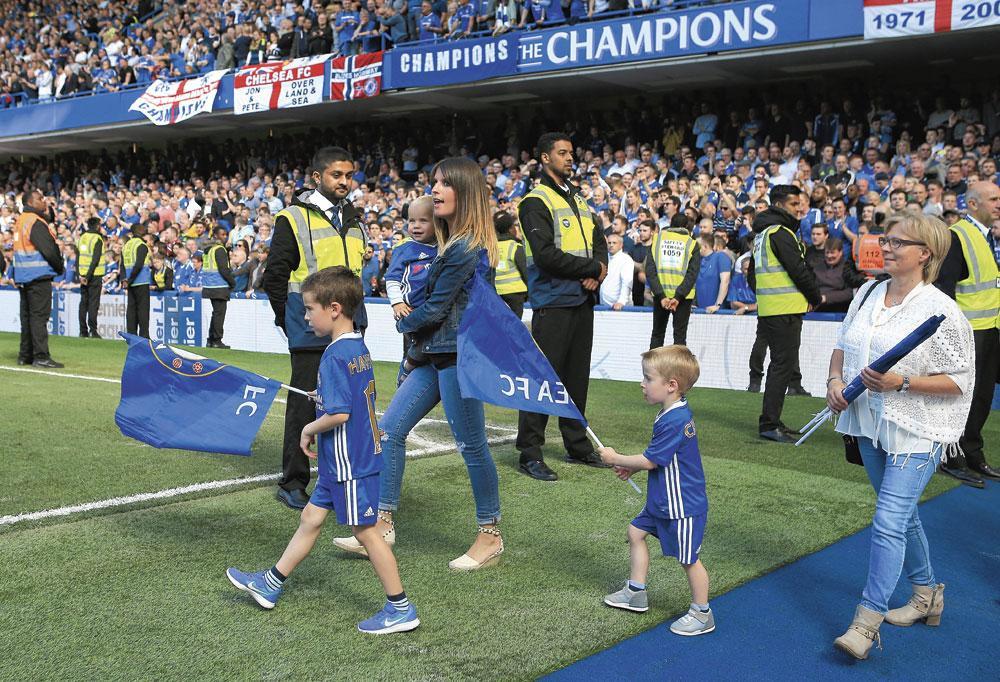 Natacha Hazard, l'épouse d'Eden, foule la pelouse de Chelsea en compagnie de ses fils Yanis, Léo et Samy. Le quatrième garçon, Santi, n'était pas encore né à ce moment-là., BELGAIMAGE