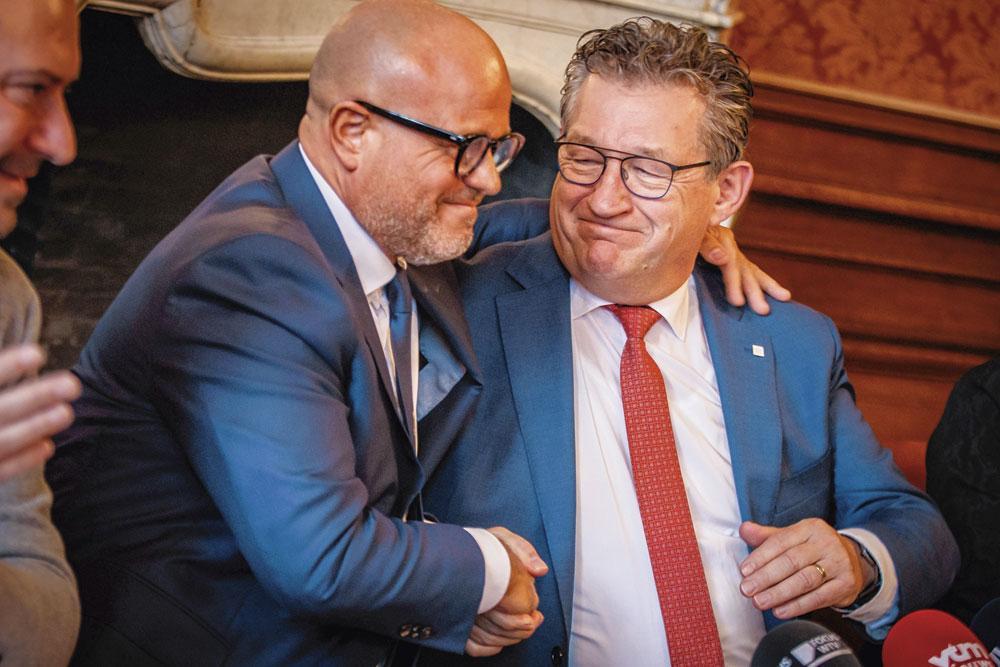 Une accolade chaleureuse entre Bart Verhaeghe et Dirk De fauw, le bourgmestre de Bruges., BELGAIMAGE