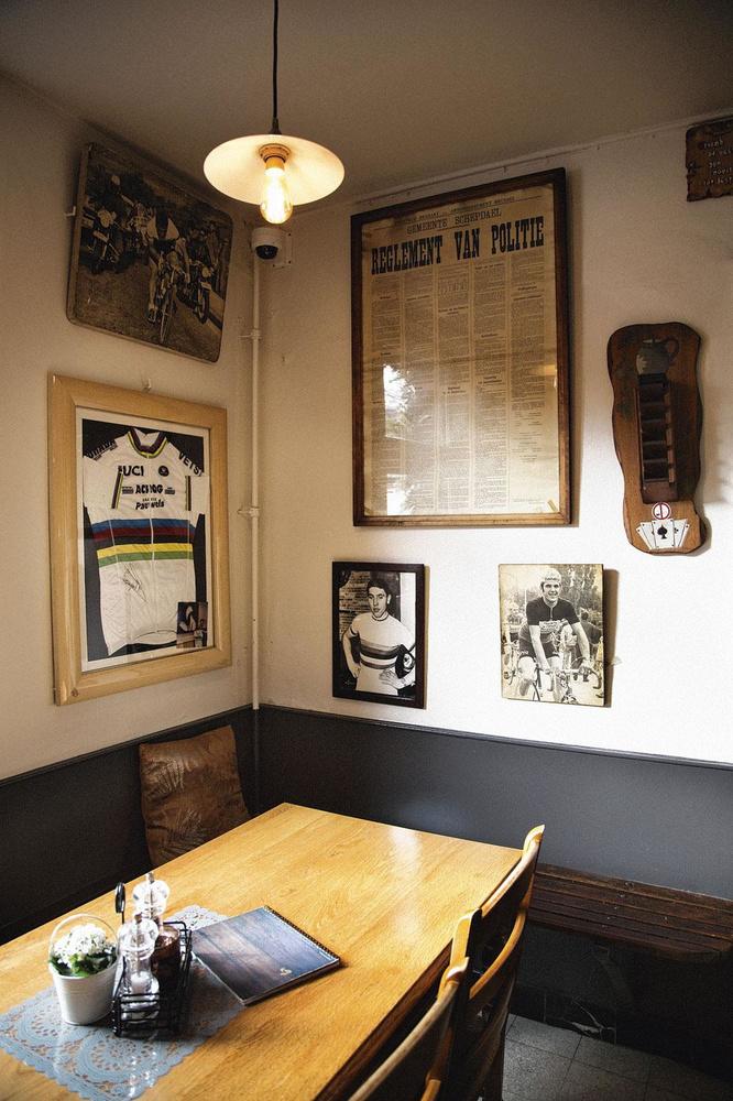 Au café-restaurant De Rare Vos, une photo d'Eddy Merckx avoisine le maillot de champion du monde de Remco Evenepoel., loes geuens