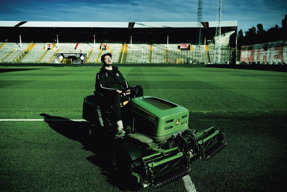 Tim Van Vlasselaer, de head groundsman van Antwerp, over het in orde krijgen van het veld op de Bosuil: 'Dat is elke keer weer míjn Champions Leaguematch.', BELGAIMAGE, CHRISTOPHE KETELS