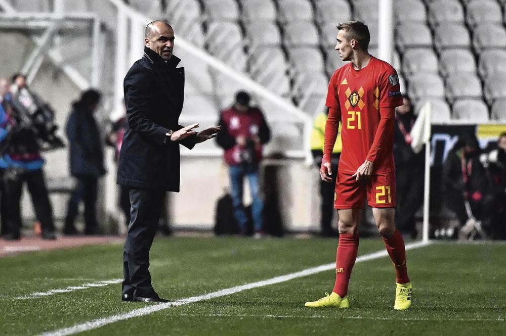 Roberto Martínez geeft instructies aan Timothy Castagne., belgaimage