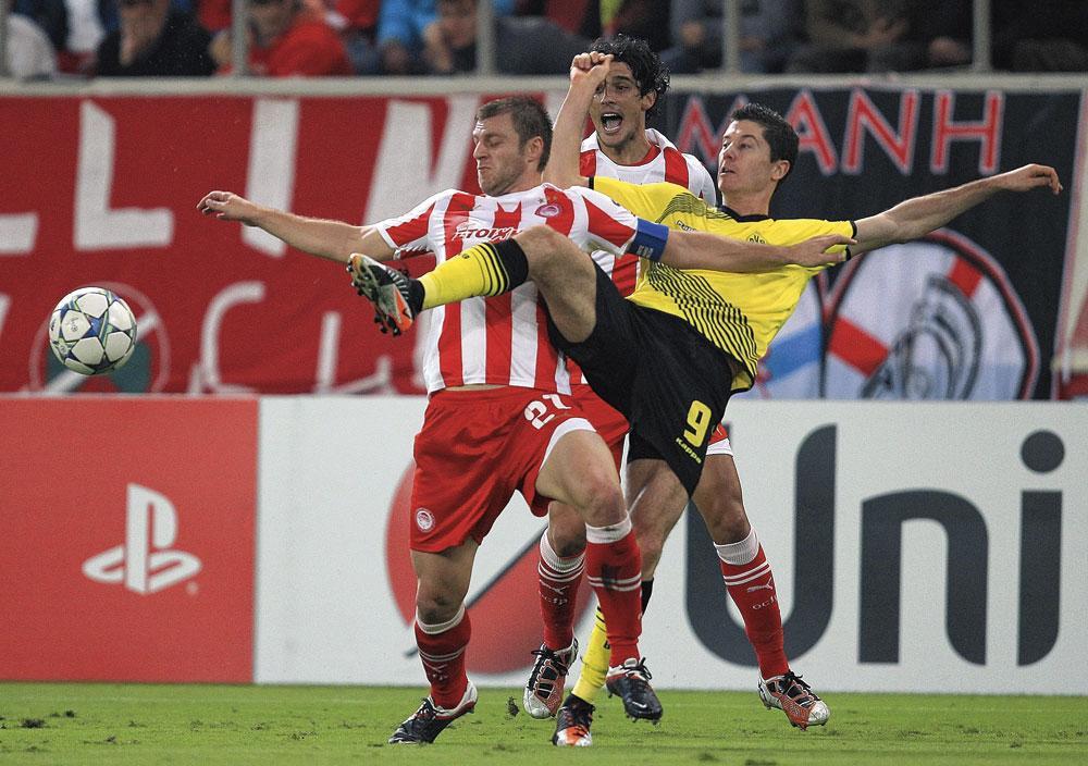 En action avec le Borussia Dortmund face à l'Olympiacos., belgaimage