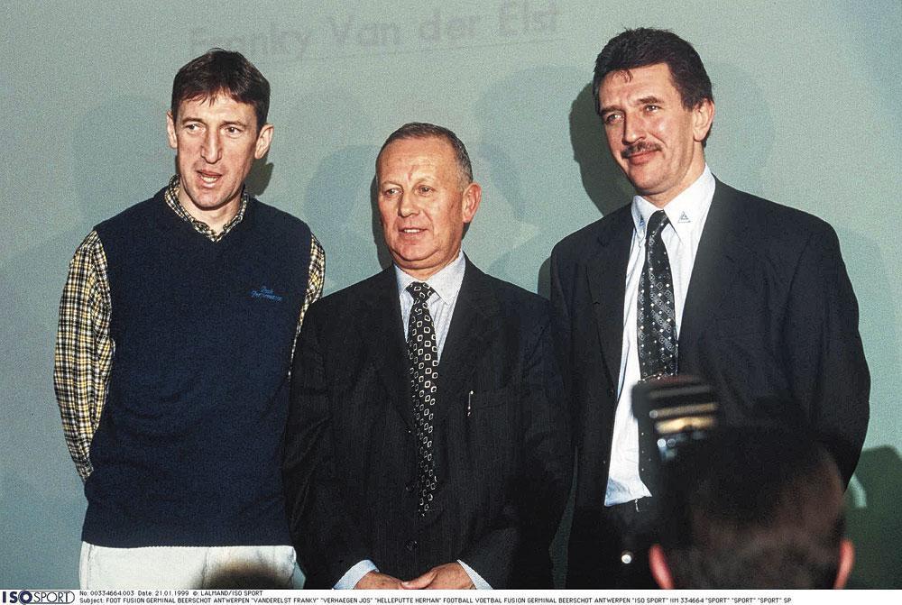 Jos Verhaegen poseert met Franky Van der Elst en Herman Helleputte aan zijn zijde. Louis de Vries moest Verhaegen overhalen om mee in de Antwerpse fusieclub te stappen., belgaimage