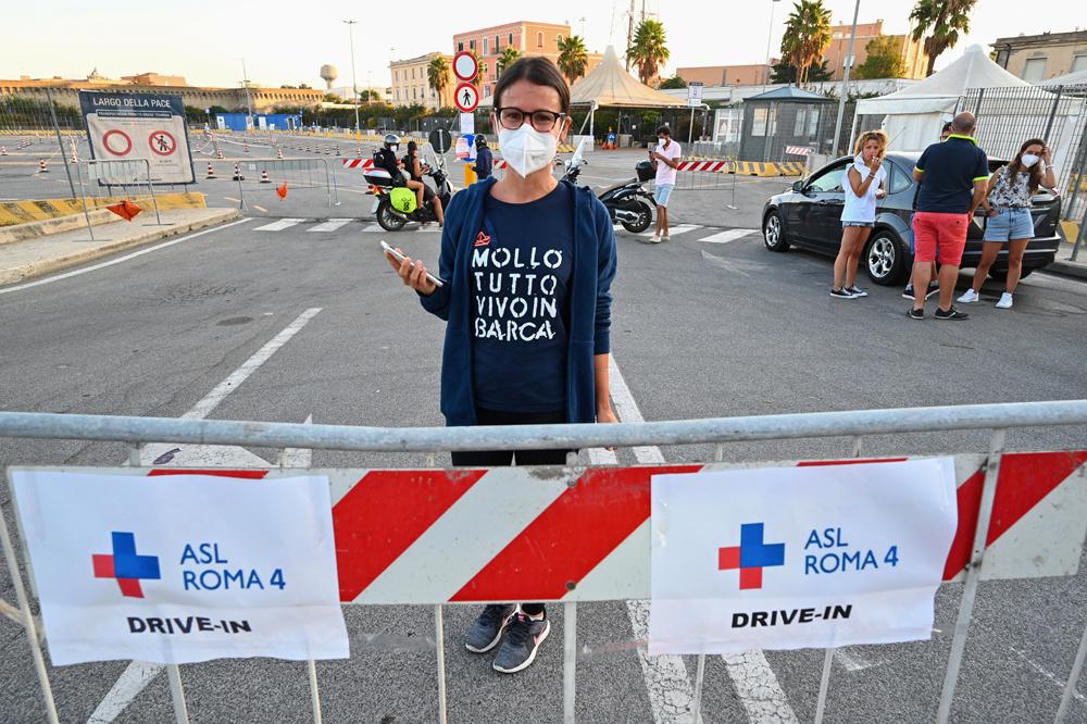 Drive in de dépistage au port de Civitavecchia, au nord de Rome, pour les voyageurs en provenance de Sardaigne, Reuters