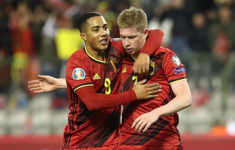 Felicitaties voor De Bruyne na zijn tweede doelpunt., BELGA