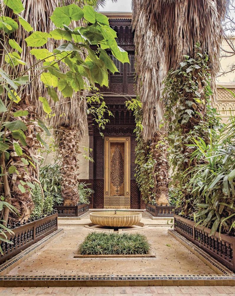 Jamais taillés, les palmiers se drapent dans leurs feuilles mortes., PATRICE NAGEL / FONDATION SERGE LUTENS