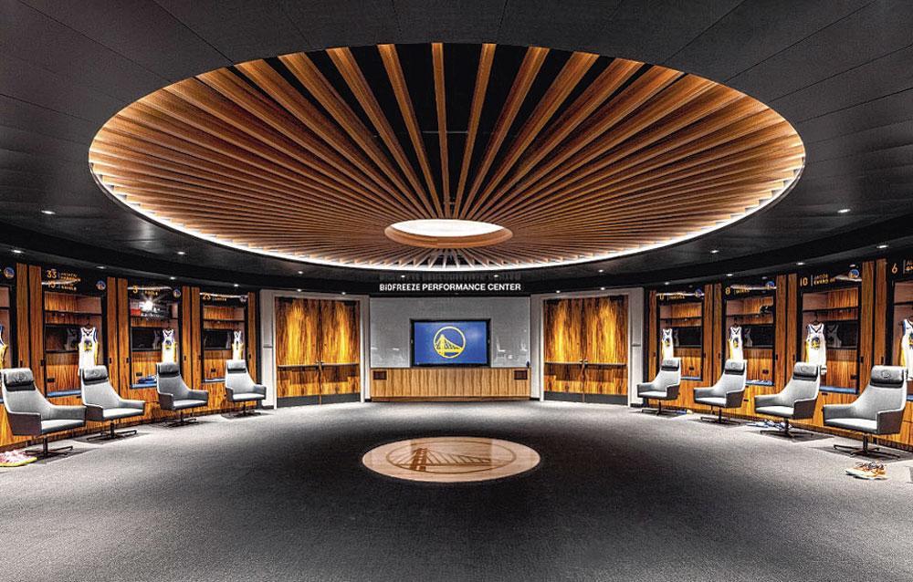 De cirkelvormige kleedkamer, met een plafond die het dak van de oude Oracle Arena moet voorstellen., belgaimage