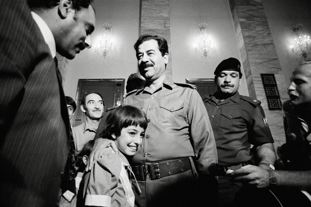 Saddam Hussein reçoit des donateurs d'or, ceux qui font don de leur fortune pour soutenir l'effort de guerre durant le conflit avec l'Iran le 15 octobre 1983 à Bagdad, Irak., Pierre PERRIN/Gamma-Rapho via Getty Images