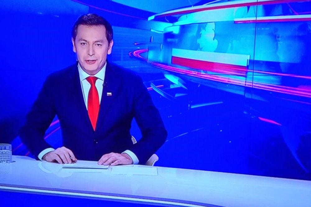 Michal Adamczyk, een van de presentatoren van Wiadomosci., Marc Peirs