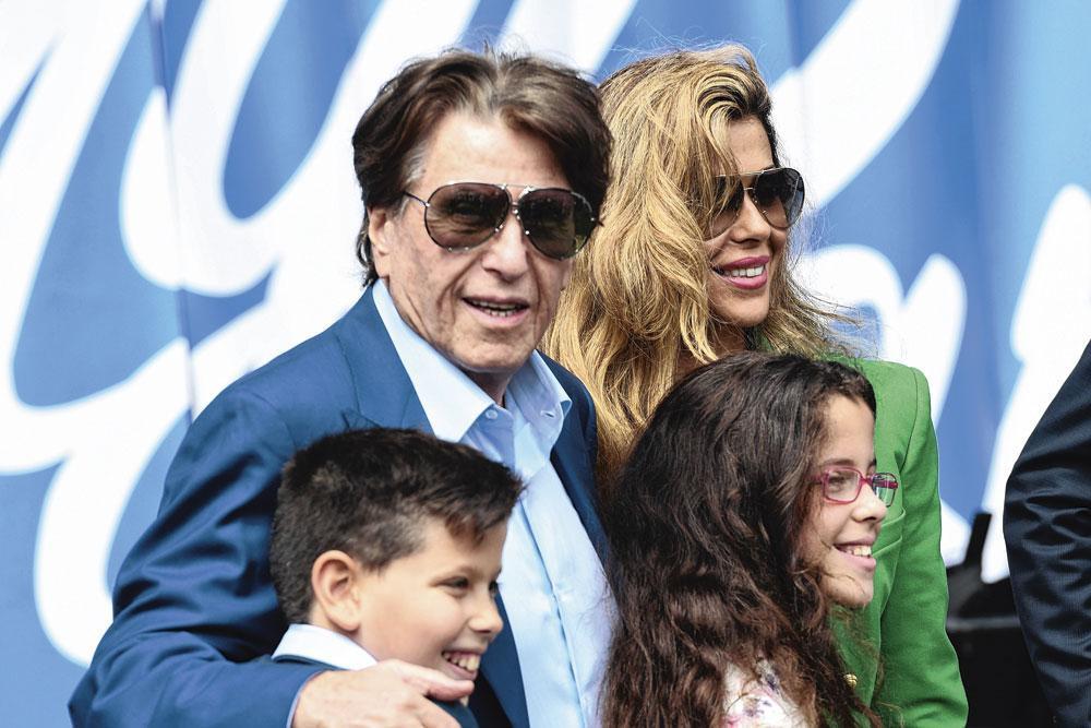 Pini Zahavi met zijn partner en kinderen. Louis de Vries: 'Zahavi beschouwde mij zo'n beetje als zijn mentor.', belgaimage