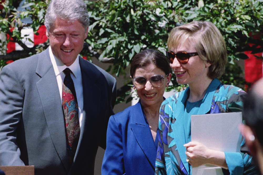 Ruth Bader Ginsburg en 2010 avec le couple Clinton, en 1993, Reuters