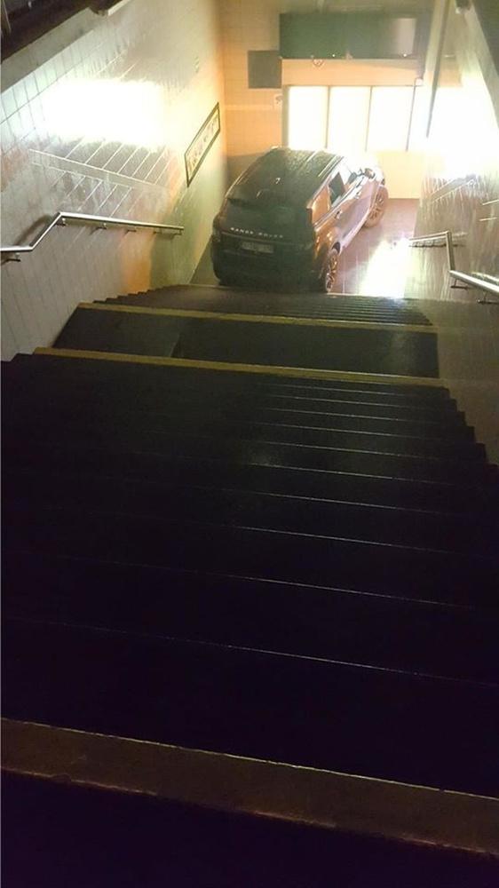 De Range Rover reed via de trappen helemaal tot beneden in de tunnel., Facebook Stationschef