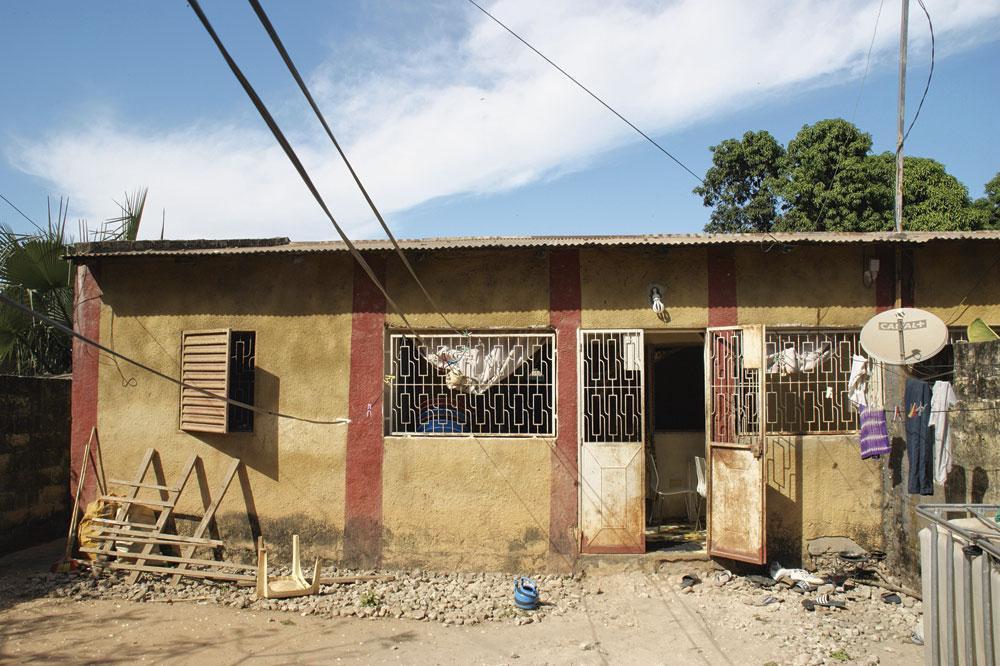 La très modeste maison des Diatta dans la banlieue de Lyndiane., christian vandenabeele