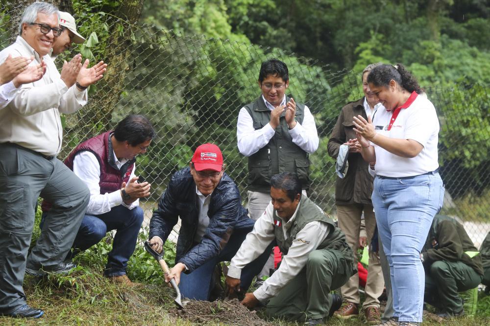 President Martin Vizcara plant de eerste van een miljoen bomen. , AFP