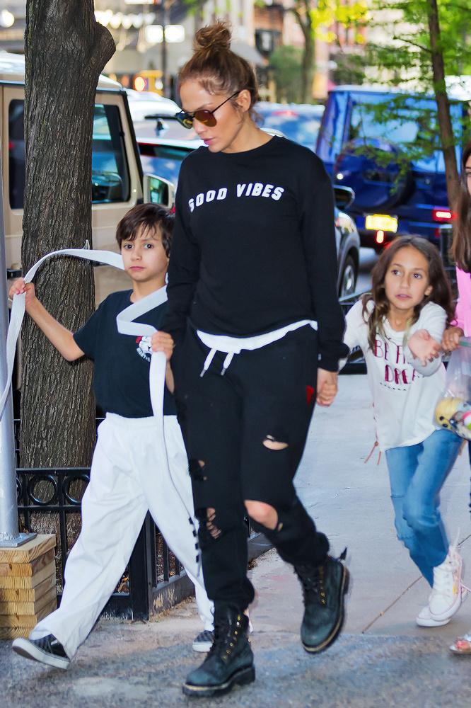 Jennifer Lopez avec ses jumeaux, Max et Emme, en 2017 à New York, Getty Images