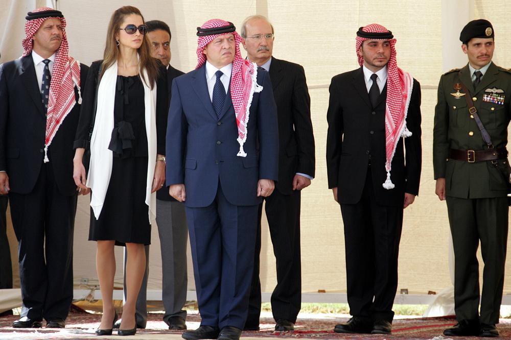 Le prince Faisal de Jordanie, la reine Rania, le roi Abdullah II, le premier ministre Nader Dahabi, le prince Ali et le prince Hamza à l'aéroport d'Amman, le 14 octobre 2009., Getty Images