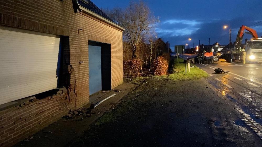 De wagen reed in op een woning, raakte daarna een boom en ging overkop., JVM