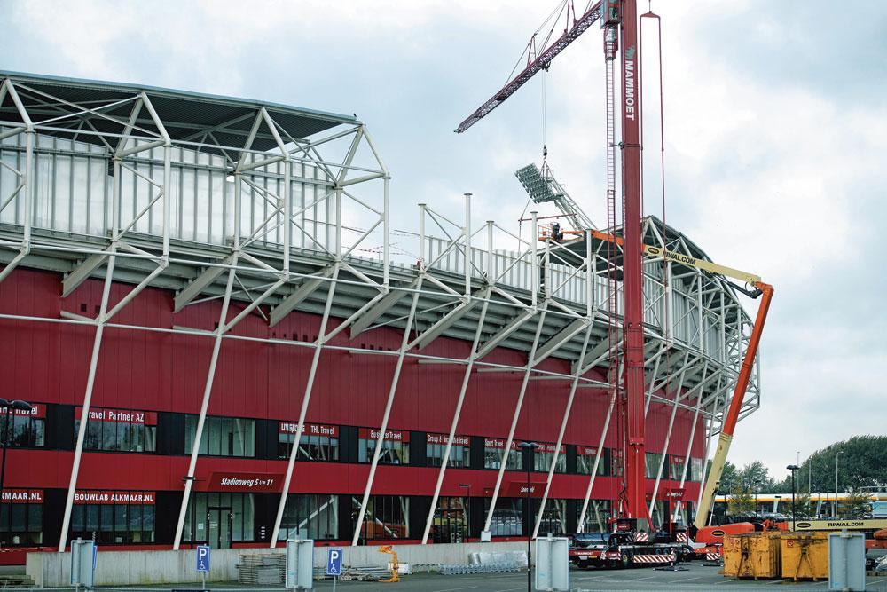 L'effondrement d'une partie du toit de l'AFAS Stadion a causé des soucis au club batave en ce début de saison., BELGAIMAGE