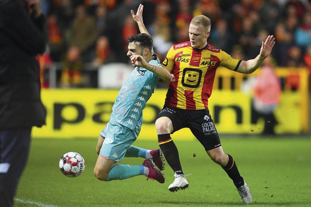 Jules Van Cleemput, hier in duel met Massimo Bruno van Charleroi, is een van de ambitieuze jonge spelers van KV Mechelen., BELGAIMAGE