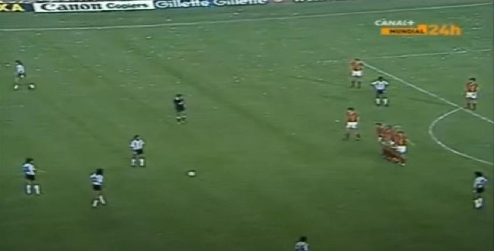 Maradona se situe tout à droite de la photo., youtube